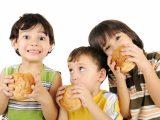 Nguyên nhân chính gây bệnh gan nhiễm mỡ ở trẻ Khi trong gan tích tụ lượng mỡ từ 5% trở lên thì gọi là gan nhiễm mỡ. Nhiều người cho rằng, căn bệnh này chỉ gặp phải ở người lớn do uống nhiều rượu bia, ít vận động. Tuy nhiên trẻ em cũng là đối tượng nguy cơ mắc bệnh, thường xuất phát từ thói quen sinh hoạt kém lành mạnh mà cha mẹ không chú ý tới. Ngoài người lớn, trẻ em cũng có thể bị gan nhiễm mỡ Ngoài người lớn, trẻ em cũng có thể bị gan nhiễm mỡ Những nguyên nhân dẫn tới căn bệnh này gồm: 1.1. Thừa cân, béo phì Tỷ lệ trẻ em hiện đại bị thừa cân, béo phì ngày càng tăng, phần lớn do trẻ đang thời kỳ phát triển, dễ ăn nhiều loại thực phẩm ngọt, chiên rán không kiểm soát. Nhiều cha mẹ cho rằng, trẻ ăn càng nhiều càng tốt, càng béo thì phát triển cơ thể tốt hơn. Thế nhưng tình trạng này cũng khiến gan tích tụ mỡ nhiều hơn gây bệnh gan nhiễm mỡ. 1.2. Sử dụng thuốc Sử dụng thuốc hoặc thực phẩm chức năng không đúng cách có thể gây hại tới gan, khiến mỡ tồn động trong cơ quan này, đặc biệt là các loại thuốc đào thải qua gan. 1.3. Nguyên nhân di truyền Nhiều trẻ nhỏ bị gan nhiễm mỡ có liên quan tới yếu tố di truyền. Cụ thể là một vài loại gen nhạy cảm, ảnh hưởng tới quá trình chuyển hóa mỡ trong cơ thể, khiến mỡ tích tụ nhiều hơn ở gan. Nếu cha mẹ cũng bị béo phì hoặc bị gan nhiễm mỡ thì nguy cơ trẻ bị mắc căn bệnh này sẽ cao hơn các bé khác.